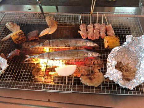 金網の上で焼く肉や魚、野菜など