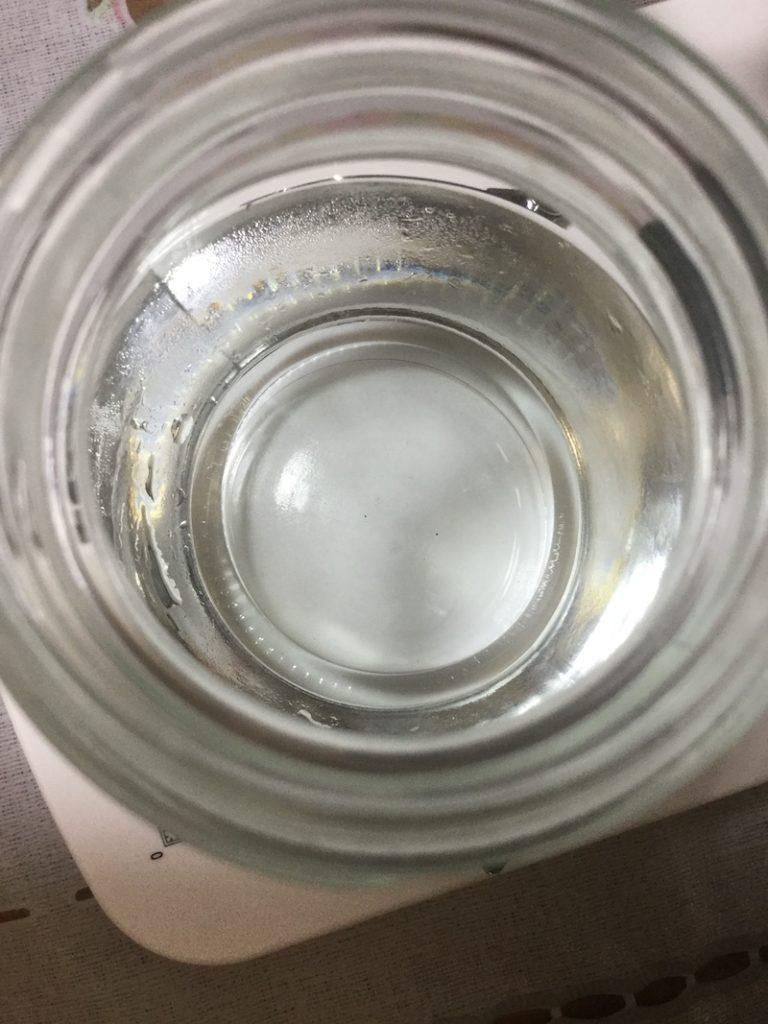 雪溶け水を入れたビンの底
